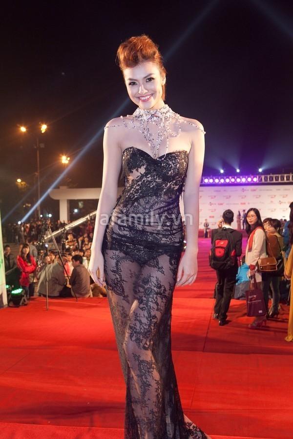 """Chiếc váy của Hồng Quế cũng là 1 kiểu tương tự như Trang Nhung, tuy nhiên chất liệu ren quá mỏng manh cùng phần thân dưới không che chắn gì đã khiến nó trở nên tai tiếng khi ai nhìn cũng tưởng cô nàng này táo bạo tới mức chẳng mặc áo bra và """"khoe"""" ngang nhiên quần bên dưới của mình."""