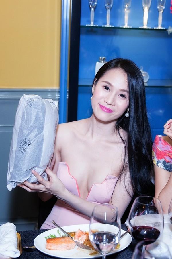 Thái Hà cũng táo bạo không kém với đầm cắt cúp vùng ngực, cũng với diện tích hở 3/4, lại không có dấu hiệu của nội y bên trong nên nhìn chiếc váy này cứ như chuẩn bị rơi xuống khỏi người Thái Hà đến nơi.
