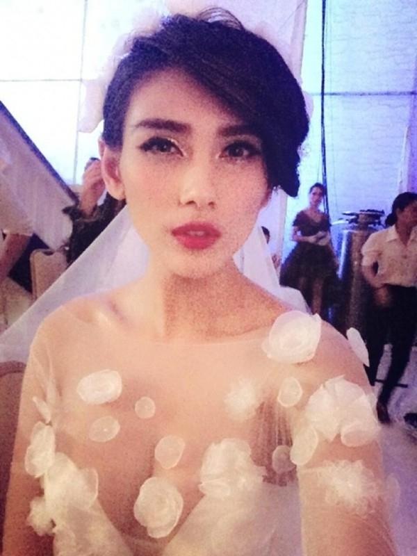 Ai lại không mê mẩn một cô dâu quyến rũ như Hoàng Yến? Nhưng một chiếc váy cưới voan với phần ngực gần như hở toàn bộ, không nội y bên trong, vòng 1 được che chắn bằng những bông hoa giả đính lên thì có vẻ như hơi quá hở hang so với ngày cưới thì phải.