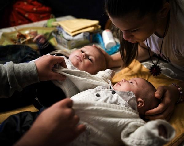 Angela, 18 tuổi, và em gái Virna (bên phải), 14 tuổi, đang chăm sóc các con là Francesco và Vincenzi. Cả hai chị em đều mang bầu trong cùng một khoảng thời gian