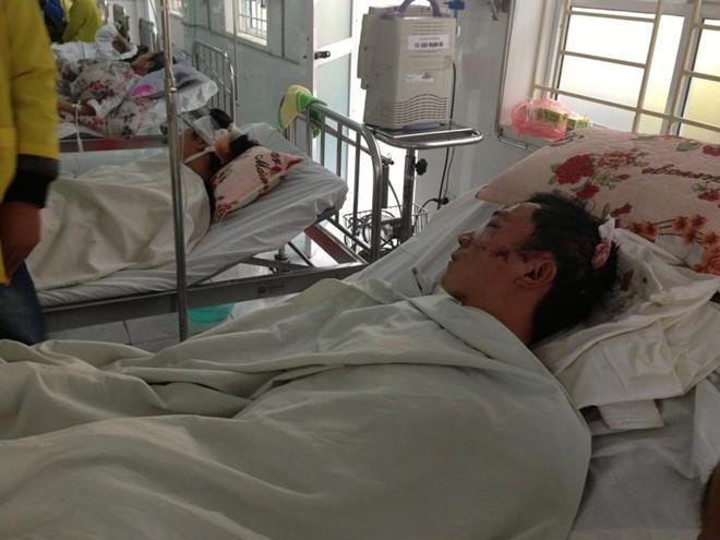 Nạn nhân vụ hỗn chiến đang nằm cấp cứu tại viện.