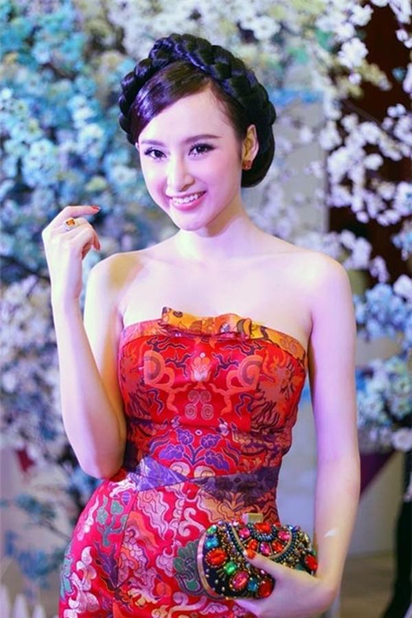 Sự chuẩn bị công phu về phục trang, đầu tóc giúp Phương Trinh nổi bật tại nhiều sự kiện văn hóa giải trí