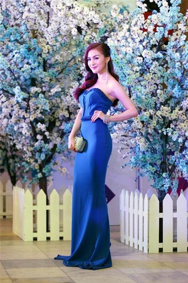 Kelly khoe dáng với trang phục dạ hội màu xanh cobalt hợp mốt