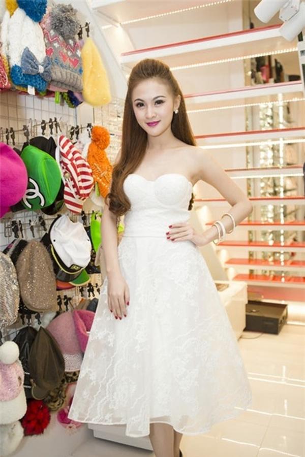 Những mẫu váy xòe cũng thường xuyên được cô trưng dụng