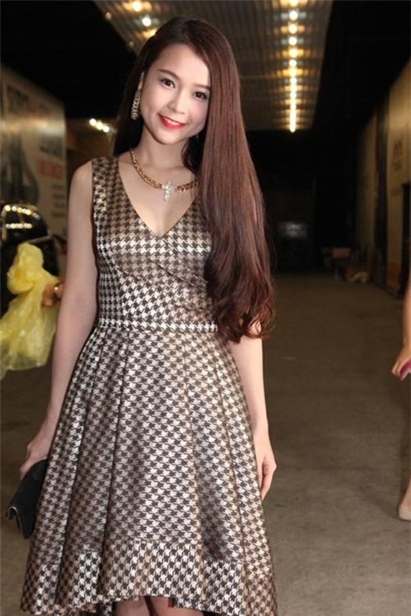 Váy xòe là trang phục thường thấy của cô nàng hot girl này