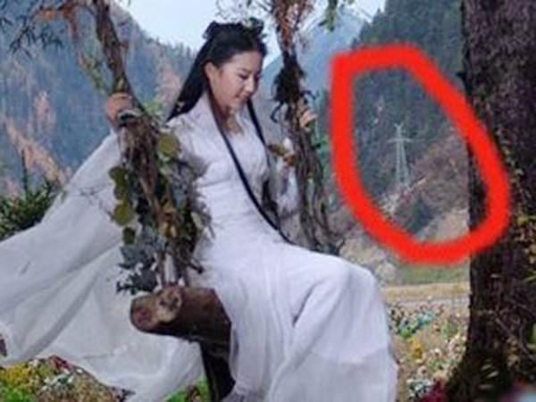 Tiểu Long Nữ (Lưu Diệc Phi đóng) trong Thần điêu đại hiệp ngồi gần trạm phát sóng điện thoại.