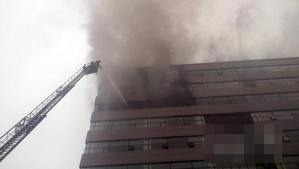 Đám cháy nhanh chóng lan lên các tầng 10,11,12
