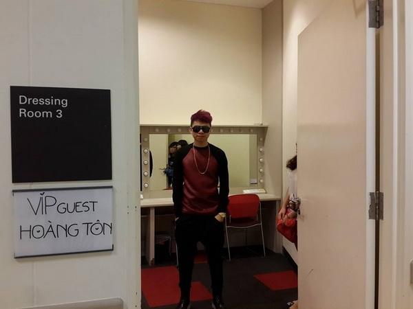 """Hoàng Tôn hạnh phúc khi đi diễn có hẳn phòng riêng để thay đồ và đề bảng """"VIP GUEST HOÀNG TÔN"""", anh chàng ăn vận bảnh bao và tự thấy mình không thua kém gì hoàng tử Justin Bieber."""