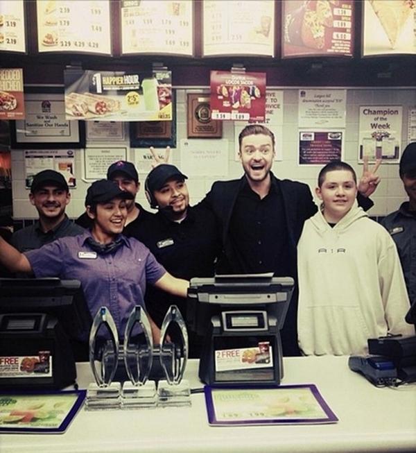 Justin Timberlake thích thú tại một tiệm ăn ở Taco Bell