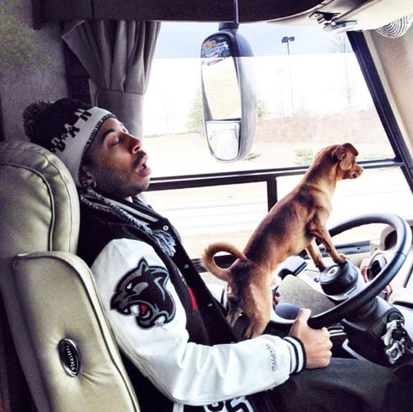 Kim Kardashian và Nicole Richie trong một bức ảnh hồi trước Ludacris lái xe cùng thú cưng của mình\