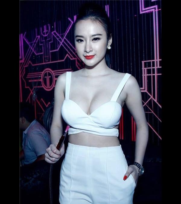 Dù mới 19 tuổi, song vóc dáng, đặc biệt là vòng 1 của Angela Phương Trinh phát triển như một phụ nữ trưởng thành
