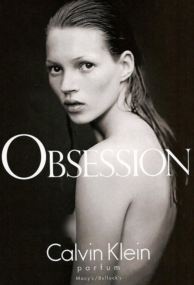 Hình ảnh Kate Moss trong chiến dịch quảng cáo cho Calvin Klein vào năm 1993, khi cô tròn 19 tuổi. Tuy là chị em cùng cha khác mẹ nhưng Lottie và Moss sở hữu các đường nét khuôn mặt lẫn dáng người khá giống nhau.
