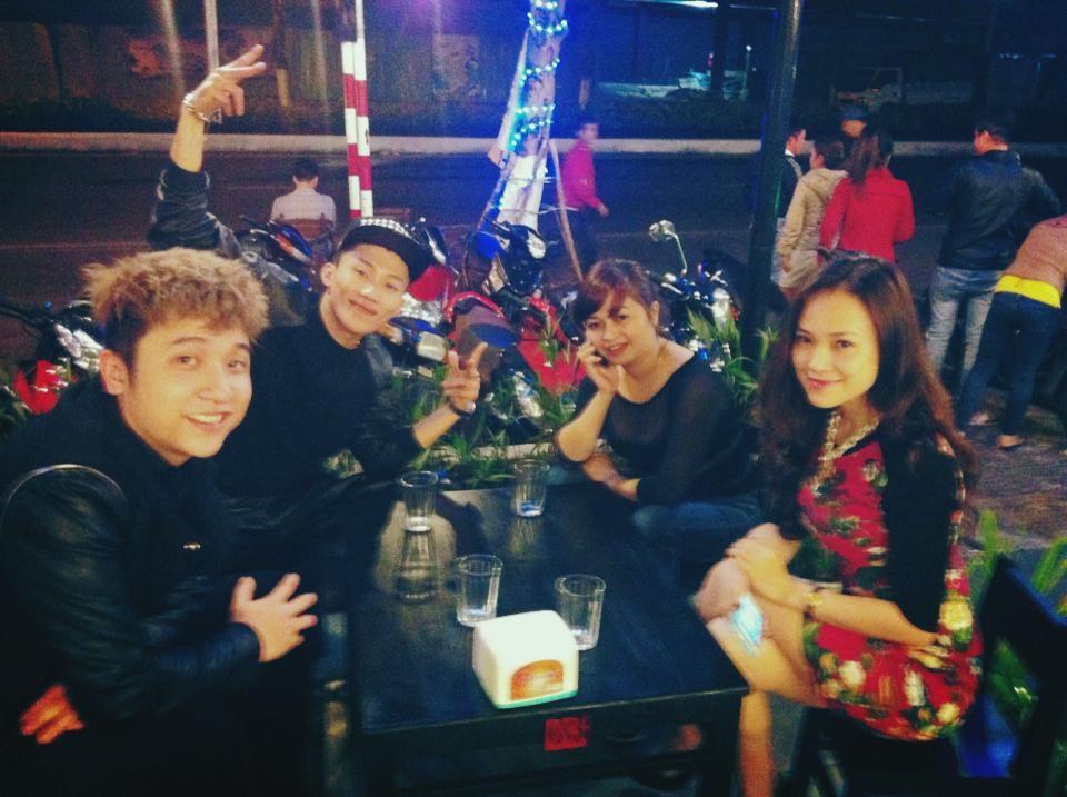Trong khi đó Yanbi đang cùng MrT biểu diễn tại Đà Nẵng. Sau khi diễn xong ở một quán bar trên đường Nguyễn Tri Phương, cặp đôi này đi ăn đêm cùng với một số người bạn tại đây.