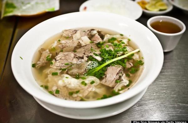 """Huffington Post - Báo điện tử hàng đầu của Mỹ đã dùng mỹ từ để ca ngợi món Phở của Việt Nam. Tờ báo này đã gọi phở là """"món ăn thiên đường"""". Món ăn truyền thống của Việt Nam được xếp thứ 11 trong top 12 món ăn ngon nhất thế giới."""