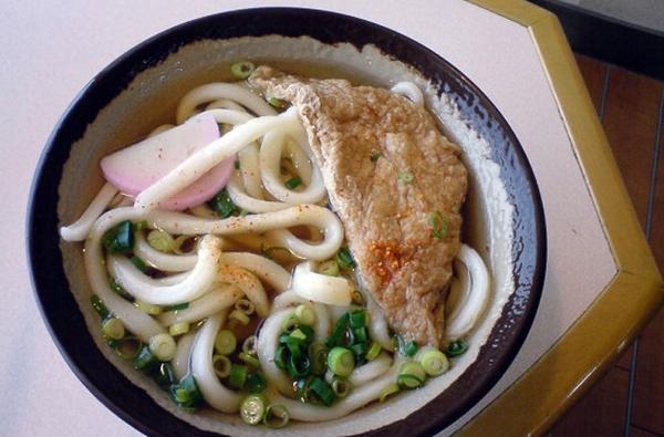 Đứng ở vị trí số 1 trong top 12 món ăn ngon nhất thế giới là món mì Udon truyền thống của Nhật Bản. Những sợi mì có vẻ dày một cách bất thường nhưng nó lại là món ăn mà người dân xứ sở hoa anh đào thưởng thức mỗi dịp năm mới.