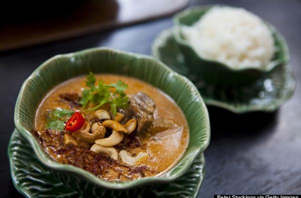"""Món Cà-ri Massaman của Thái Lan là """"vua của các món ăn"""" đứng thứ 3 trong top 12 món ăn tuyệt nhất thế giới. Món ăn tuyệt vời này được làm từ sữa dừa, hạt điều, thịt bê và các loại gia vị tạo nên hương vị đặc biệt mà thực khách khó lòng cưỡng lại."""