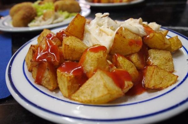 Đứng thứ 4 trong danh sách 12 món ăn tuyệt nhất thế giới do Huffington Post bình chọn là Patatas Bravas. Đây là món khoai tây giầm nước sốt cà chua cay khiến thực khách đê mê.