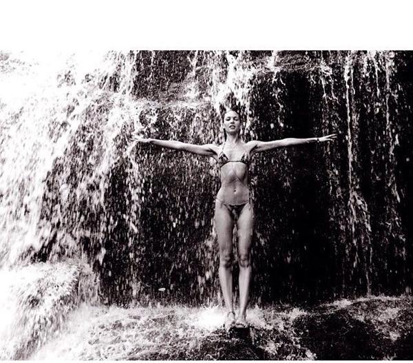 Thiên thần Candices khoe bức ảnh cô đang đứng dưới một thác nước hùng vĩ