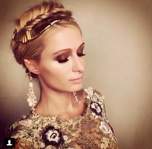 Paris Hilton trong một buổi chụp hình, cô trong như một nữ hoàng