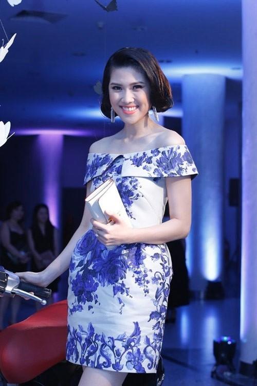 Thu Hằng gợi cảm và thanh nhã với váy hoa xanh trắng bố trí hài hòa và đẹp mắt.