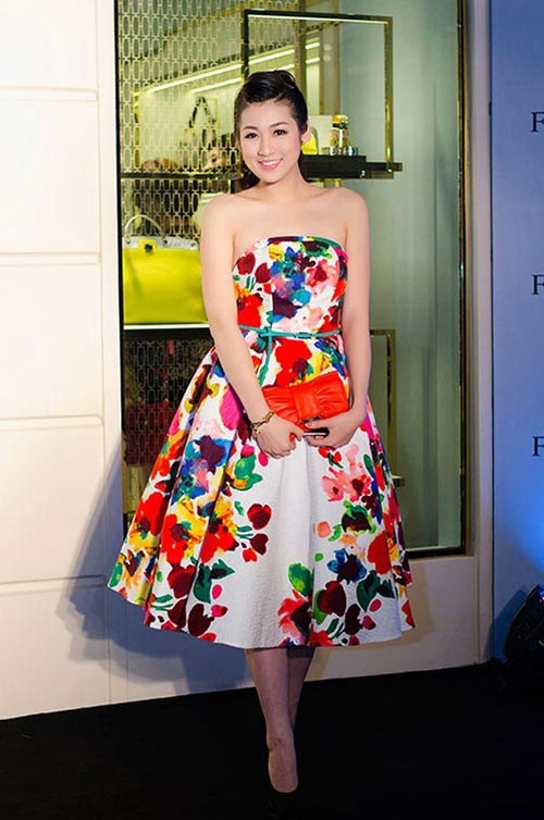 Á hậu Tú Anh yêu kiều nhờ váy hoa theo phong cách cổ điển.