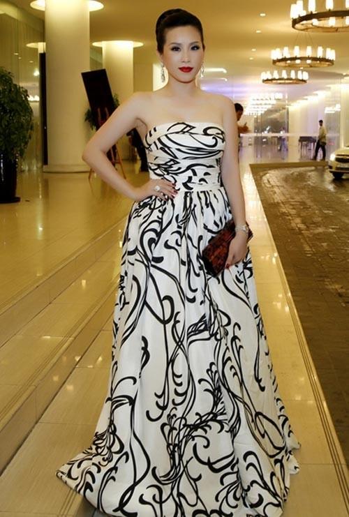 Người đẹp với mẫu váy dạ hội in hoa văn họa tiết hoa lá dây leo không kém phần rối mắt.