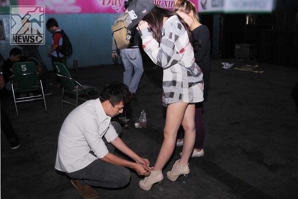 Anh chàng cũng rất biết cách chăm sóc cho người yêu, cô nàng hậu đậu hiếu động Khổng Tú Quỳnh luôn khiến nhiều fan của chàng Bắp phải ganh tỵ