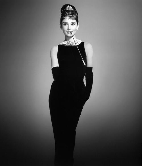 Audrey Hepburn và giá trị niềm tin với đầm đen.