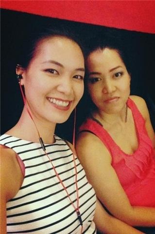 Cô và chị gái có khá nhiều nét giống nhau như 2 chị em sinh đôi.