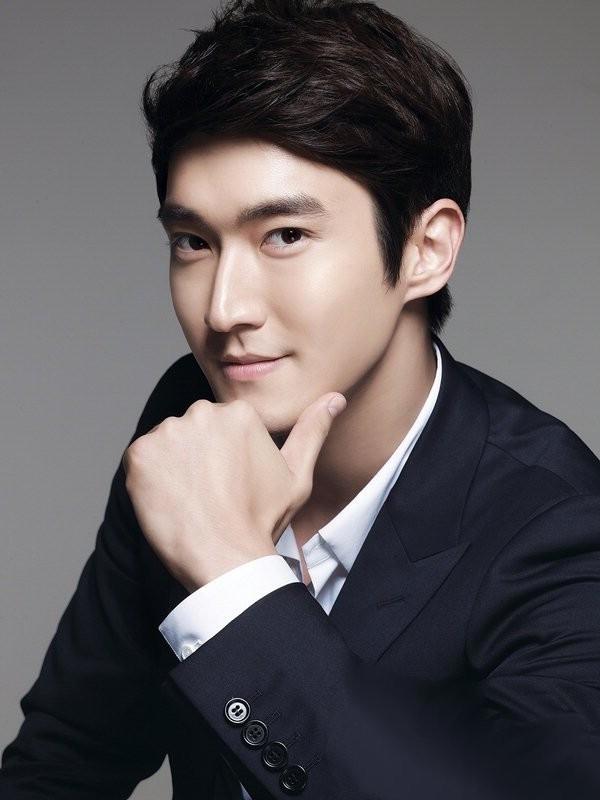 Choi Siwon của Super Junior được bầu chọn là nam ca sĩ thần tượng điển trai nhất trong các nhóm nhạc Kpop với 24% lượng phiếu bầu.