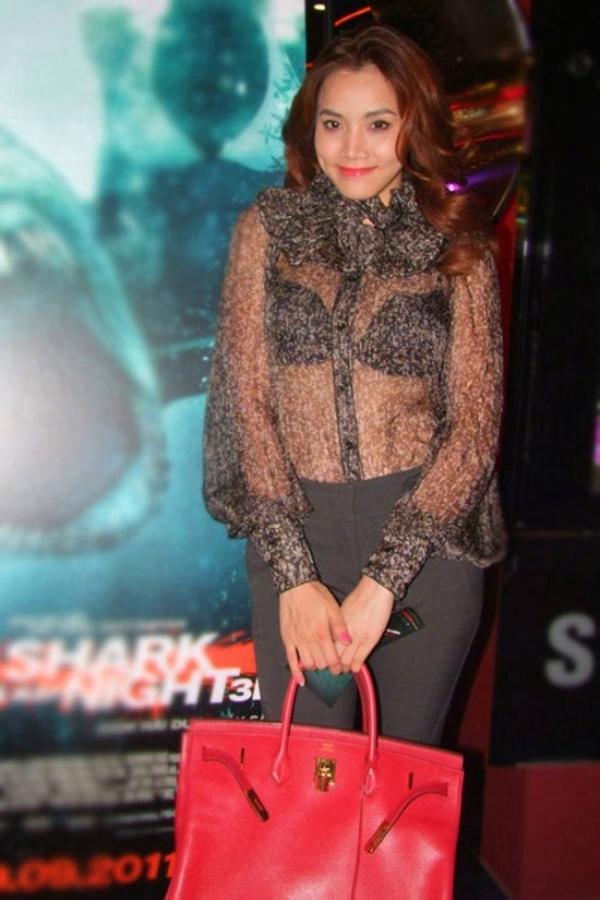 Trang Nhung đang diện một chiếc áo khiến người đối diện cảm thấy ngột ngạt.