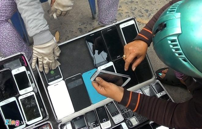 Theo các chủ hàng, điện thoại thông thường không còn đắt khách nên họ đã chuyển hướng sang kinh doanh các mẫu smartphone cảm ứng.