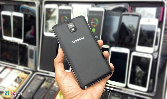 """Không chỉ """"nhái"""" mặt trước, chiếc điện thoại này cũng có mặt sau giả da, bút S-Pen và camera lồi như Galaxy Note 3 """"xịn"""".Model này được bán với giá 3 triệu đồng."""