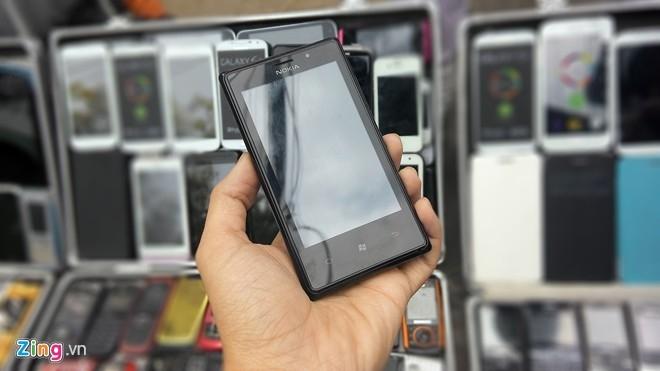 Các mẫu Lumia của Nokia cũng có mặt tại những sạp hàng di động trên vỉa hè Sài Gòn. Model trong ảnh được bán với giá 1,8 triệu đồng và chạy Android thay vì Windows Phone.