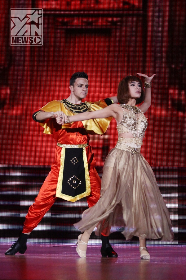 """Trà My – Ali, nữ ca sĩ đã chọn cho mình hình ảnh của một nữ hoàng Ai Cập phải tranh giành quyền lực để giữ vững ngôi vị của mình. Cặp đôi chọn thể loại Valse nhanh nên các bước nhảy của Trà My khá thanh thoát và tràn đầy sức mạnh. Tuy vậy cô vẫn bị """"góp ý"""" rằng: Đây là một cuộc thi nhảy Trà My nên hạn chế múa, và cần phải mạo hiểm hơn vì có vẻ nữ ca sĩ này thường chọn những giải pháp an toàn. - Tin sao Viet - Tin tuc sao Viet - Scandal sao Viet - Tin tuc cua Sao - Tin cua Sao"""
