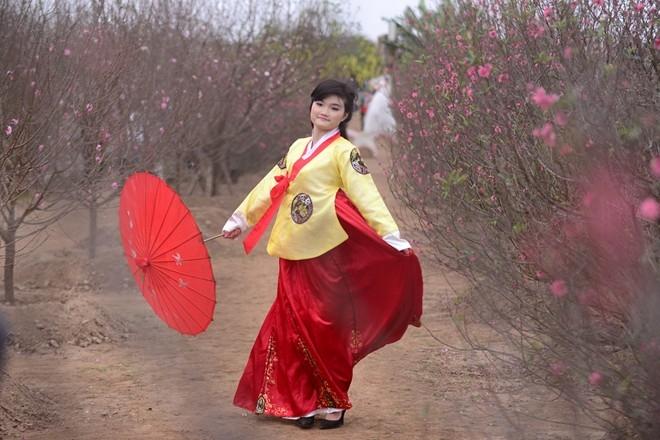 Nhiều bạn trẻ còn chuẩn bị cho mình cả những bộ trang phục cầu kỳ.