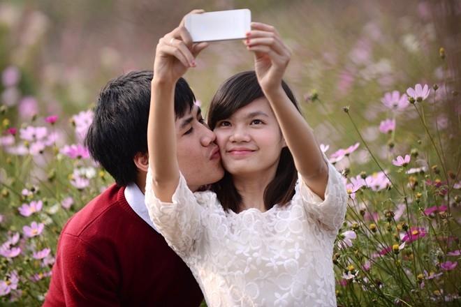Đôi bạn trẻ lưu giữ lại những khoảng khắc tình yêu lãng mạn.
