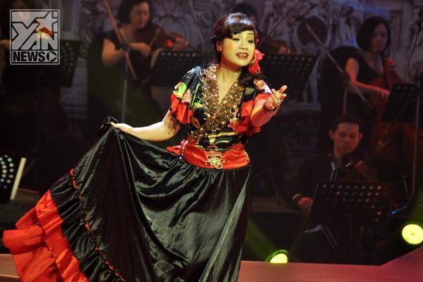 """""""Thị mầu"""" Ngọc Khuê hóa thân thành Nữ hoàng nhan sắc trong ca khúc La spanilo, tiếng Ý, về giọng hát có lẽ không cần phải bàn cãi với cách xử lý của Ngọc Khuê."""