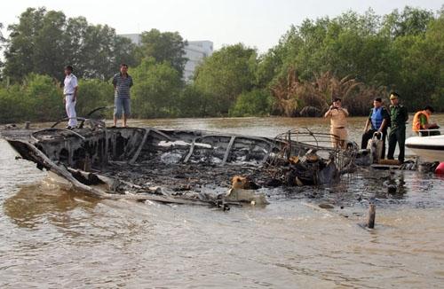 Gần trăm cảnh sát, quân đội chữa cháy kho tạp hóa ở Hà Nội