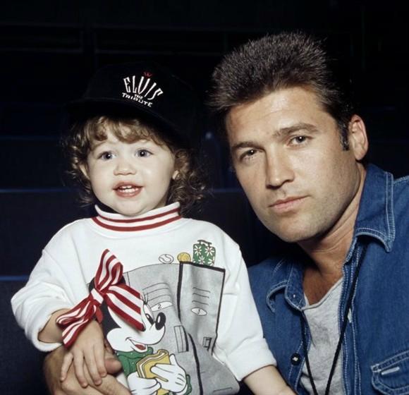 Miley Cyrus lúc hai tuổi cùng người cha của mình.