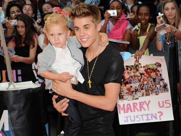 Justin Bieber và cậu em trai đáng yêu Jaxon.