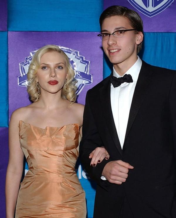 Scarlett Johansson và em trai sinh đôi Hunter.