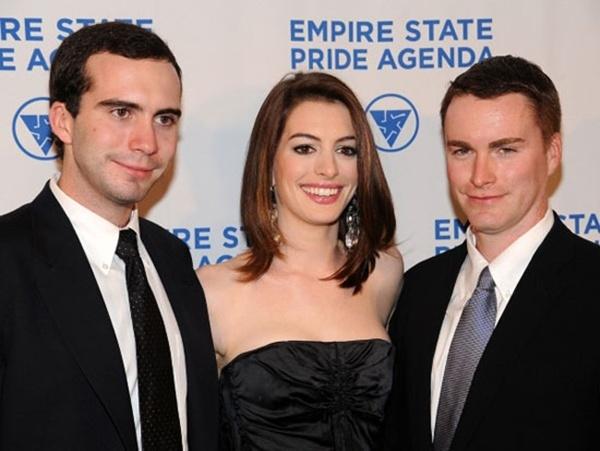 Anne Hathaway sánh bước bên anh trai Michael và em trai Tom.
