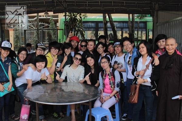Người đẹp cùng lực lượng FC đông đảo của mình đã bất ngờ mang niềm hạnh phúc ấm áp đến cho những trẻ em mồ côi và các cụ già neo đơn tại chùa Từ Ân (Vũng Tàu) - Tin sao Viet - Tin tuc sao Viet - Scandal sao Viet - Tin tuc cua Sao - Tin cua Sao