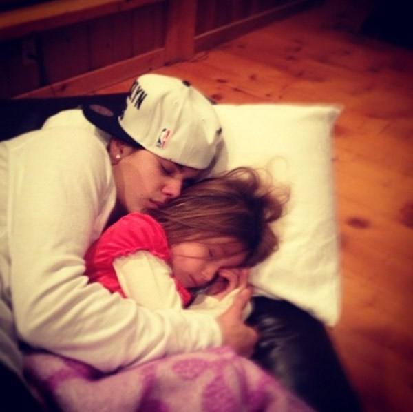 Justin ôm em gái Jazzy
