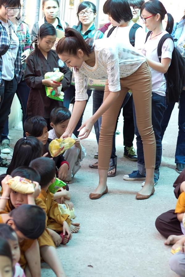 """Thanh Hằng tận tay trao quà bánh cho các em nhỏ, không chỉ thế """"chân dài"""" còn rất """"chịu khó"""" đùa giỡn cùng các em, khiến các bé tíu tít cười nói không ngớt. - Tin sao Viet - Tin tuc sao Viet - Scandal sao Viet - Tin tuc cua Sao - Tin cua Sao"""