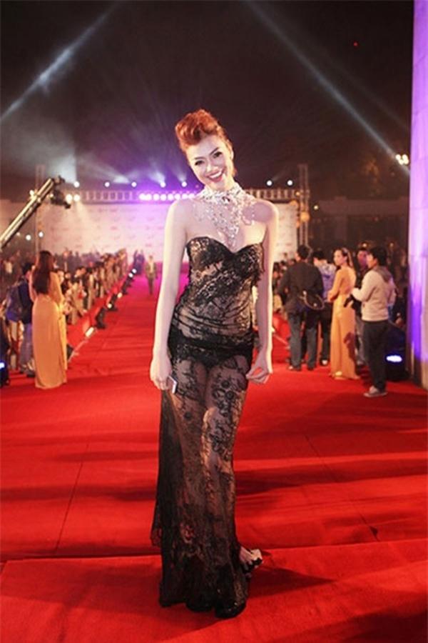 Hồng Quế cũng từng gây bão với bộ váy trong mờ như sương khoe đồ lót nhỏ xíu