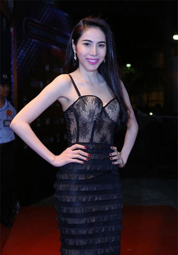 Thủy Tiên đang dần ứng dụng khá tốt mốt khoe áo corset