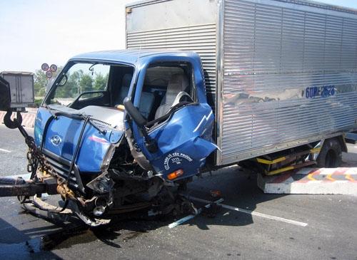 Cầu vượt hỗn loạn vì 4 ôtô gặp nạn dồn dập