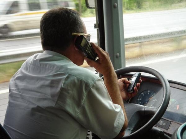 Gọi điện, nhắn tin và lái xe thế này thì quá nguy hiểm.